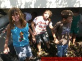 ΤΡΥΓΟΠΑΤΗΜΑΤΑ ΣΤΑ ΜΕΣΑΥΛΙΑ ΚΑΙ ΣΤΟΝ ΠΡΑΣΣΕ:   Με τα πόδια στο πατητήρι όπως τον παλιό καιρό