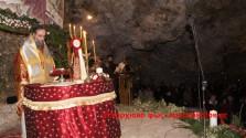 Εκατοντάδες πιστοί στο σπήλαιο της Μαραθοκεφάλας έζησαν την Αγία Νύχτα – Βίντεο
