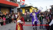 Χιλιάδες άνθρωποι κατέκλυσαν το Καστέλι για να θαυμάσουν το καρναβάλι (Βίντεο και φωτογραφίες)