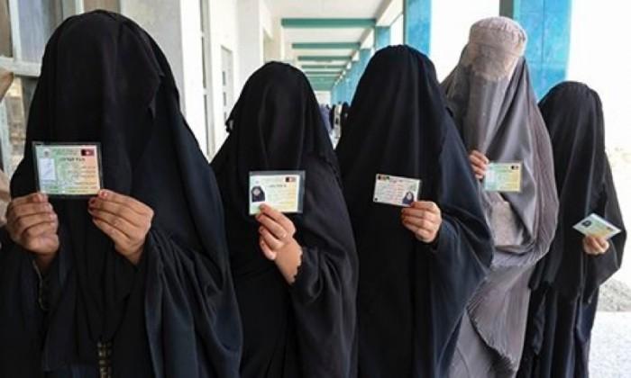 Burqa-clad-women-show-ID-001-700x420