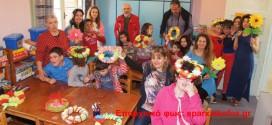 Μάθημα σε παιδιά για τα Μαγιάτικα στεφάνια