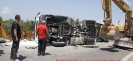 """Ανατροπή φορτωμένης νταλίκας κοντά στον αερολιμένα """"Δασκαλογιάννη"""" Χανίων (Και βίντεο)"""