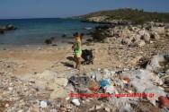 Δύο παιδιά εθελοντές καθαρίζουν κολπίσκο στον Τερσανά (Και βίντεο)