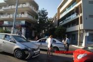 """Στο κέντρο της πόλης """"φίλημα"""" οχημάτων με σοβαρές υλικές ζημιές"""