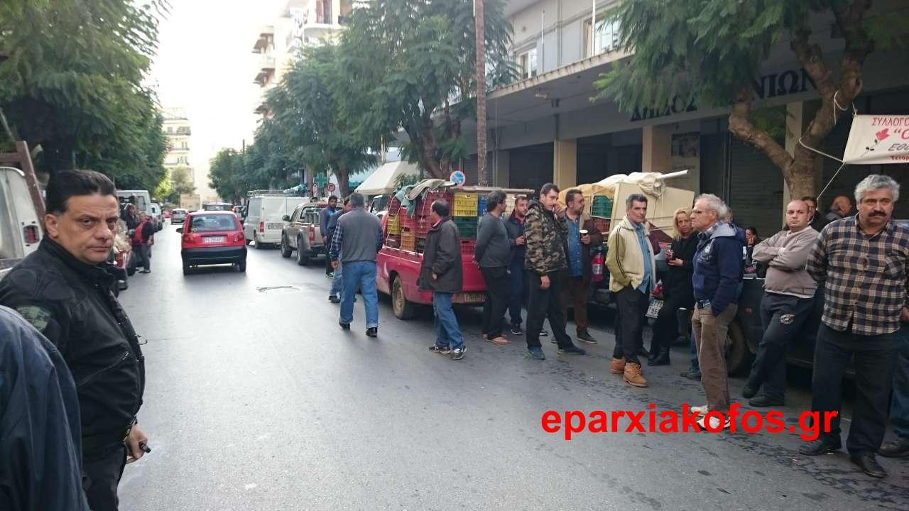 Παραγωγοί και έμποροι λαϊκής αγοράς απέκλεισαν το δημαρχείο Χανίων