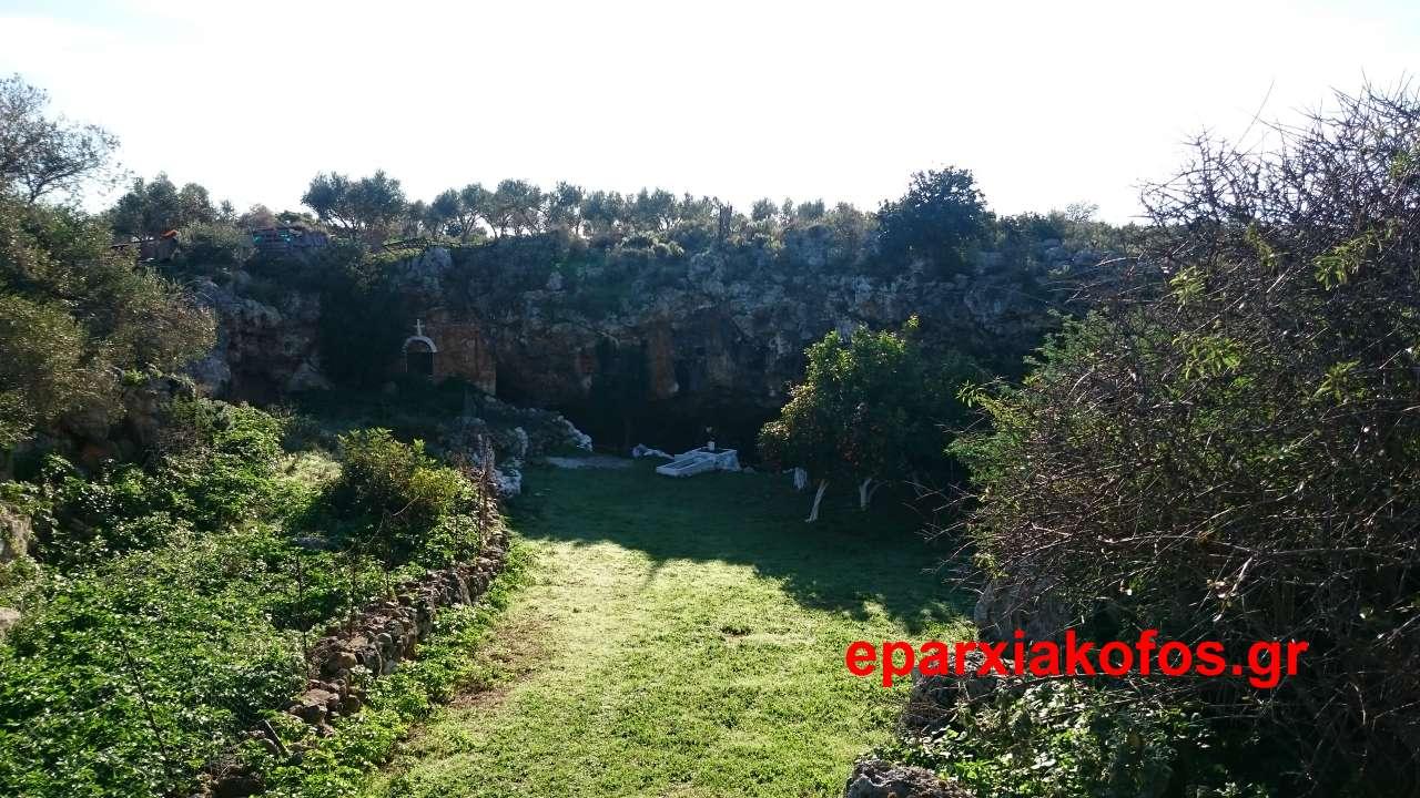 Αναπαράσταση της Γέννησης του Χριστού σε σπήλαιο αγροτικής περιοχής των Στερνών Ακρωτηρίου