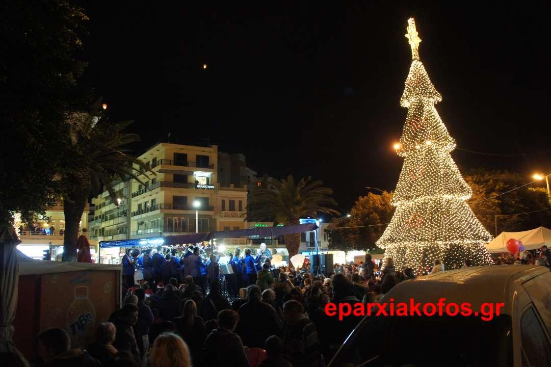 Άναψε το Χριστουγεννιάτικο δένδρο στην πλατεία της Δημοτικής Αγοράς Χανίων ( Και βίντεο)
