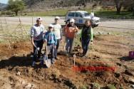 Μαθητές φυτεύουν αμπελιτσιές στον Ομαλό (Και βίντεο)