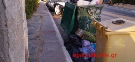 Σκουπίδια και στενά πεζοδρόμια χωρίς φωτισμό…