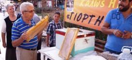 Κέρασμα με μέλι, καρύδια και τσικουδιά στη Δημοτική Αγορά