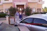 Επιβατικό όχημα προσέκρουσε σε είσοδο πολυκατοικίας