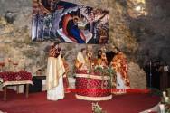 ΣΤΟ ΣΠΗΛΑΙΟ ΜΑΡΑΘΟΚΕΦΑΛΑΣ – Χριστουγεννιάτικη Θεία Λειτουργία με αναπαράσταση της Φάτνης όπου γεννήθηκε ο Χριστός (Και βίντεο)