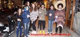 Διάσπαρτες παρέες καρναβαλιστών στα Χανιά