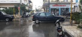Βρήκε θέση να παρκάρει κλείνοντας τον μισό δρόμο!
