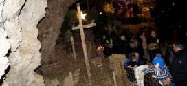 «ΑΓΙΑ ΝΥΚΤΑ» Στο σπήλαιο της Μαραθοκεφάλας μ' εκατοντάδες προσκυνητές ( Και βίντεο)