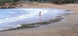 Κολύμπι με κύματα και χαμηλή θερμοκρασία
