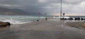 Η προβλήτα της Παλαιόχωρας σκεπασμένη από τα κύματα