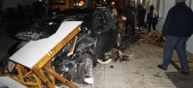 Σύγκρουση οχημάτων παρασέρνοντας τραπεζοκαθίσματα ταβέρνας στην Κάτω Σούδα