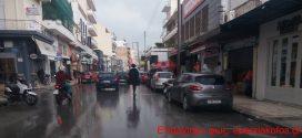 """Με βροχή στα Χανιά μια  """"Αμαζόνα"""" πάνω σε ηλεκτρικό πατίνι (Και βίντεο)"""