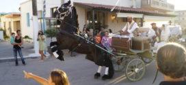 ΣΤΗΝ ΚΙΣΑΜΟ – Εκατοντάδες κόσμου στην 45η αναπαράσταση γάμου της παλιάς εποχής στην Κρήτη(Και βίντεο)