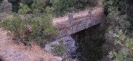 Το μικρό και στενό γεφύρι άντεξε την ορμή του χειμάρρου…