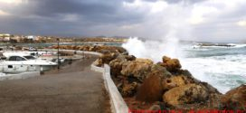 Φθινοπωρινά… αγριέματα με κύματα στα Χανιά