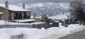 Η ομορφιά του ηλιόλουστου χιονισμένου Ομαλού