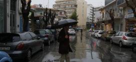 Η πρωινή βροχή υποχρέωσε τον κόσμο ν' ανοίξει  ομπρέλες…