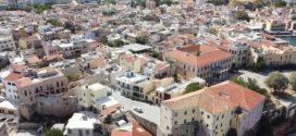 Η παλιά πόλη με τον λόφο Καστέλι και το λιμάνι Χανίων