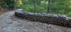 Ο αμαξιτός δρόμος του φαραγγιού από και προς την Κάντανο με το προστατευτικό του τοιχίο…