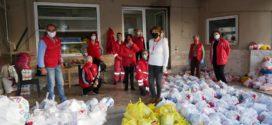 Ο Ερυθρός Σταυρός και οι Σαμαρείτες κοντά σε οικογένειες με προσφορά τροφίμων