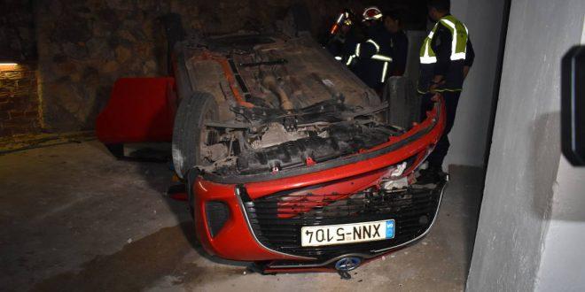 Τροχαίο ατύχημα με αυτοκίνητο που έπεσε από ύψος σε αυλή στη Χαλέπα
